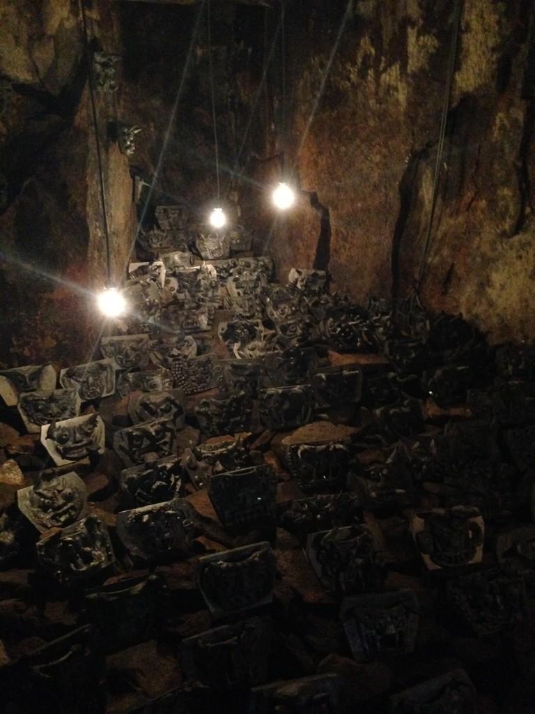 洞窟のいたるとこに鬼瓦が敷き詰めてある オニノコ 瓦プロジェクト