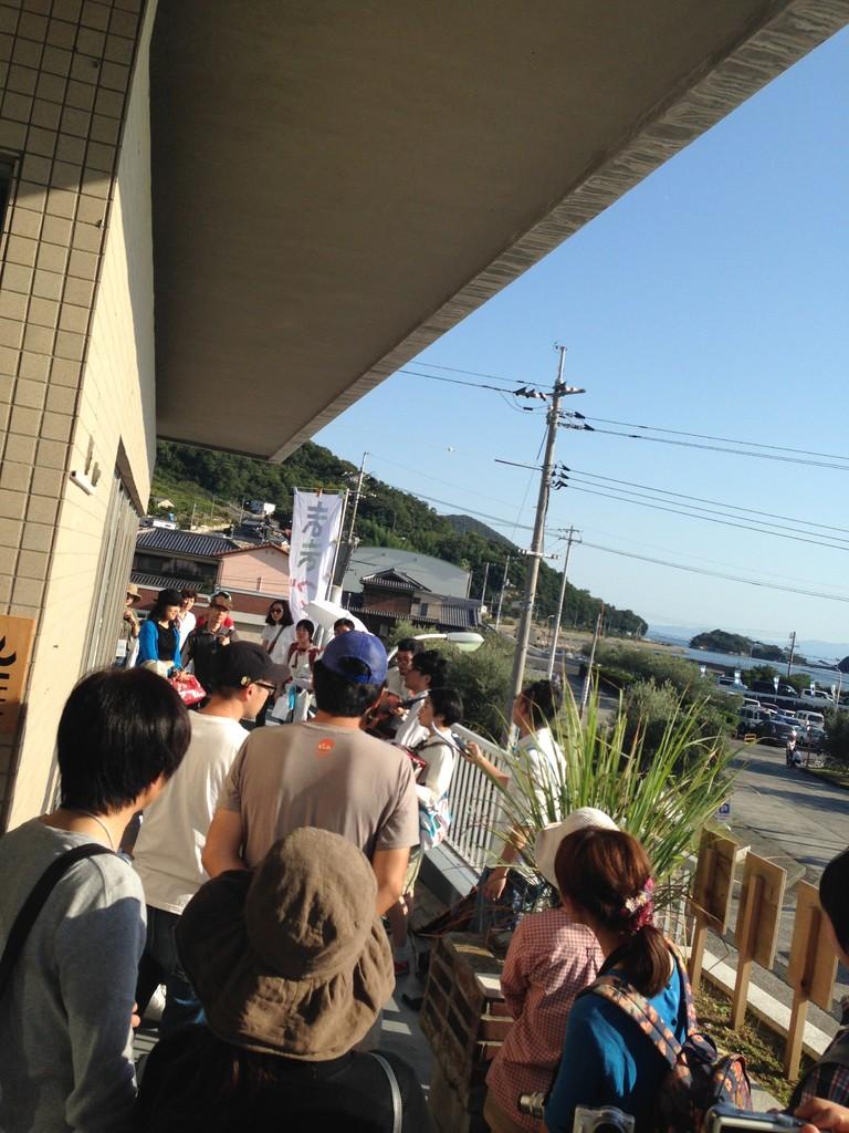 聞いてたお客さんたちと移動してei Cafeでライブ。