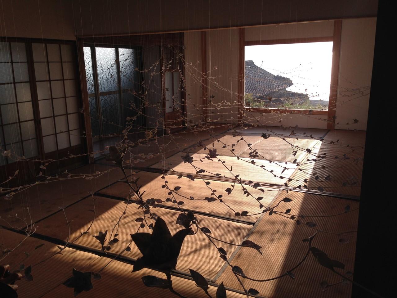 海が見える窓から、室内に波が入ってくるかのような光景を表現するインスタレーション。