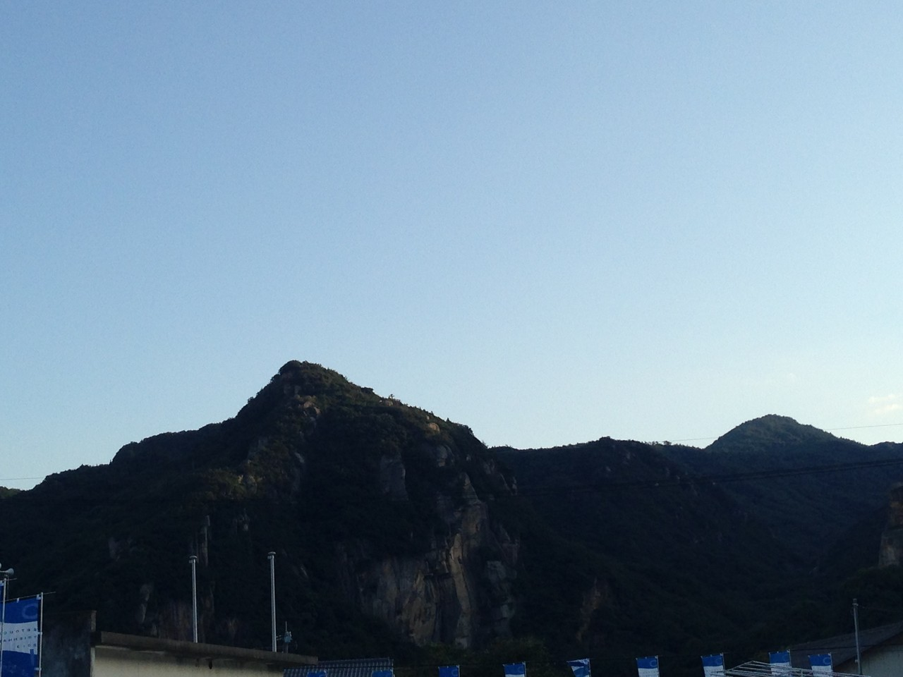福武ハウスの向かいにある山。福武ハウス撮れよっていう。