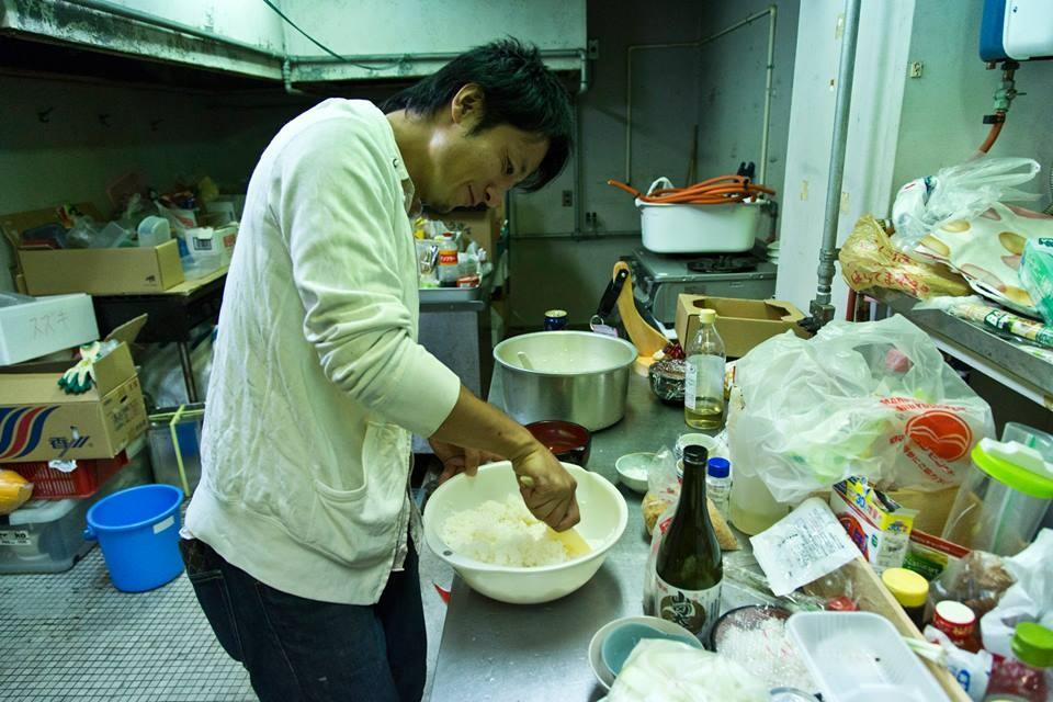 今晩は巻き寿司なので、井上さんが酢飯を混ぜて準備。