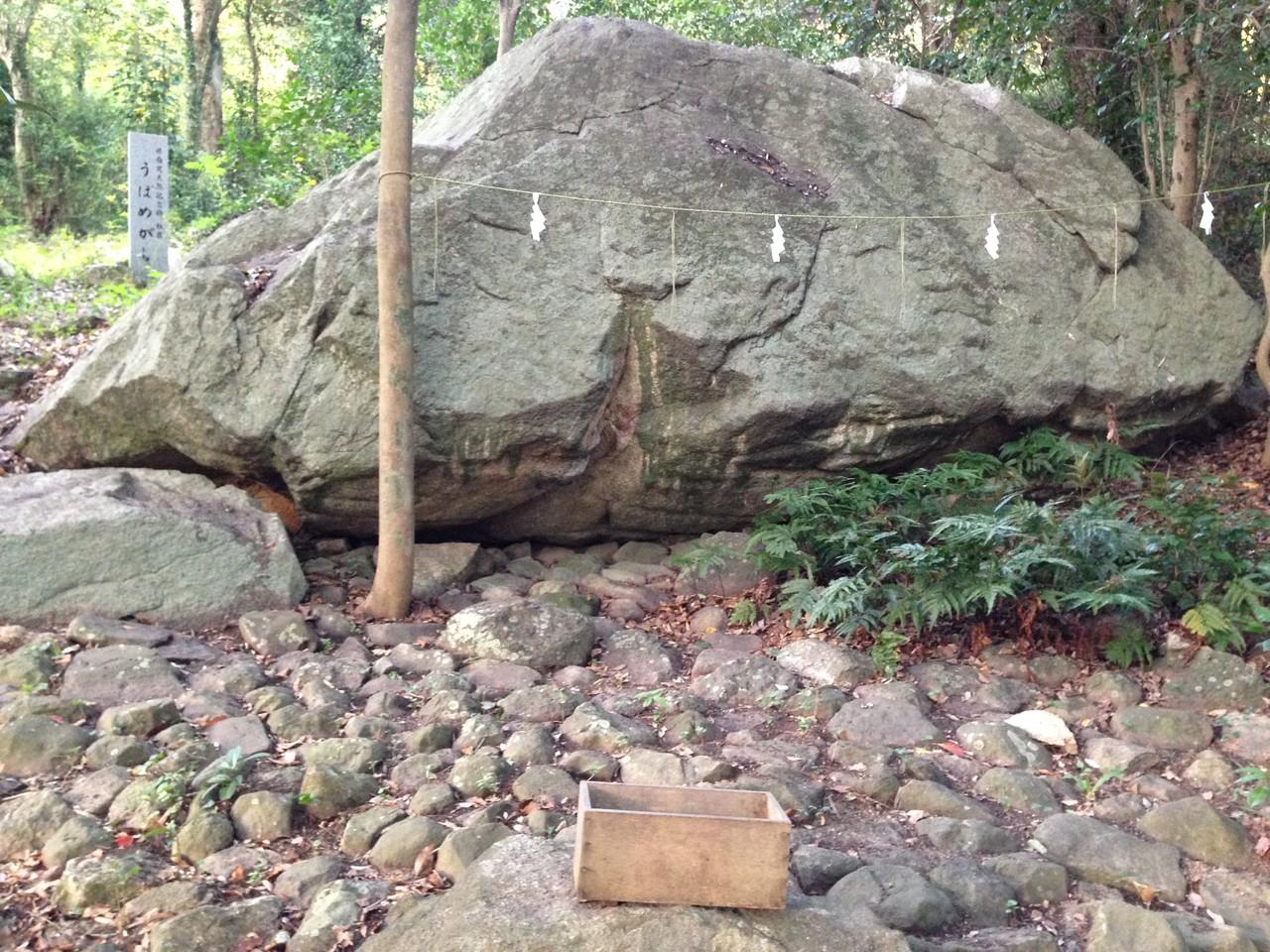 奥にあった厳かそうな岩。神社撮れよ・・・