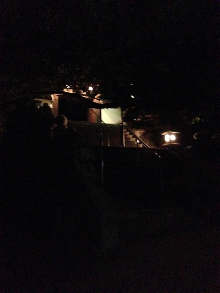 観音寺に上がる階段。あがった奥にクマグスクがある。