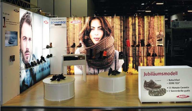 Ein professionelles Ausstellungssystem ermöglichen auch ein gleichmäßige, vollflächige Hinterleuchtung.