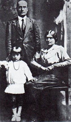 Mussolini, la moglie Rachele e la figlia Edda nel 1916