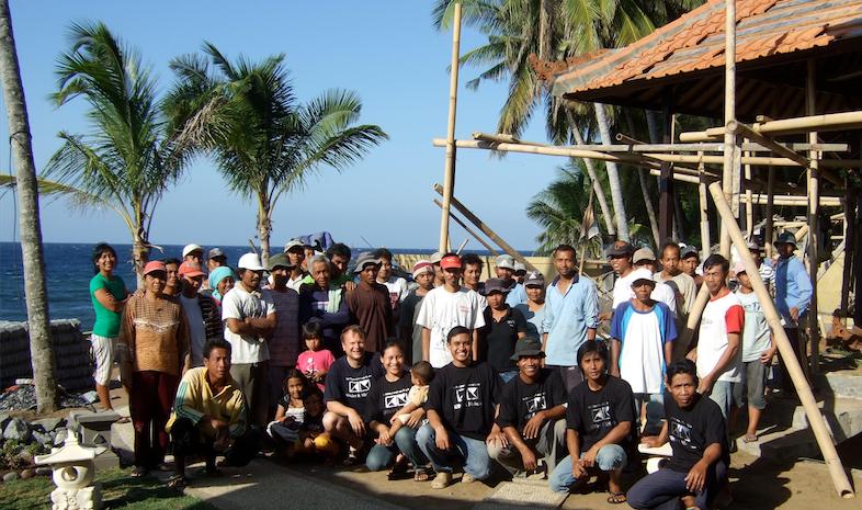 Gruppenfoto während der Bauphase auf Bali