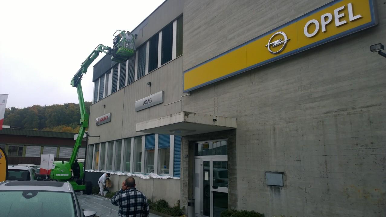 ASAG-Pratteln, während dem Streichen der Fassade.