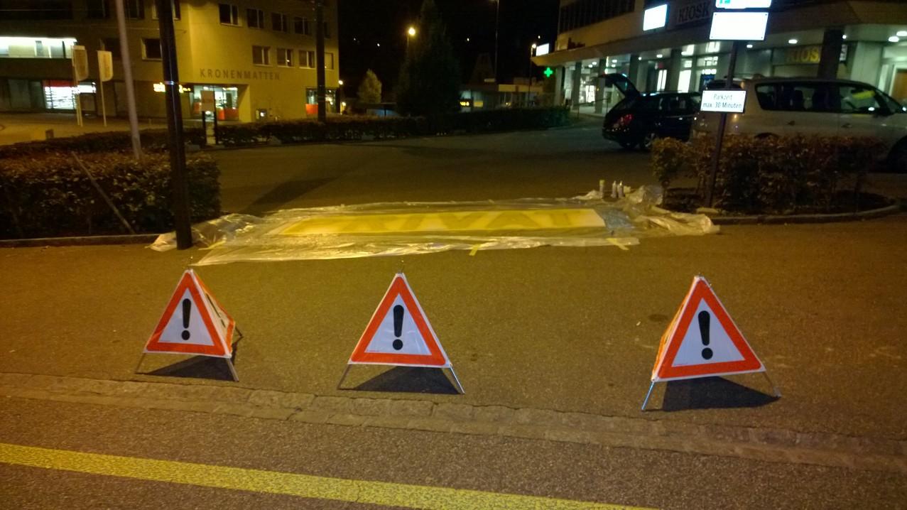 Aplizieren der Bodenfarbe, Parkplatzbeschriftung in Binningen.