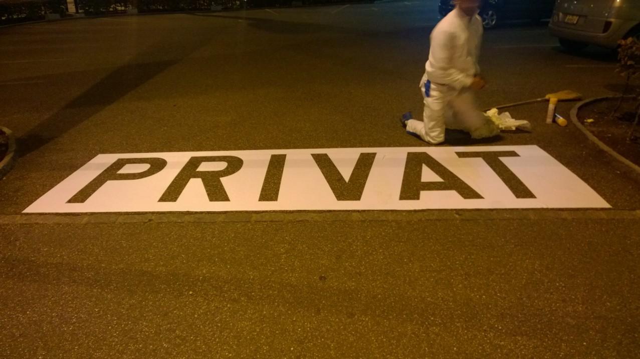 Vorbereitung der Parkplatzbeschriftung in Binningen.