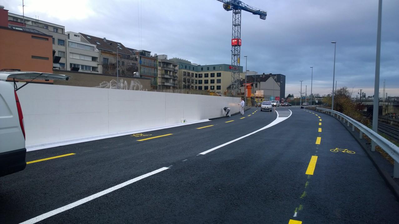 Baustellenabsperrung weiss gestrichen, Meret Oppenheimer-Strasse, Basel.