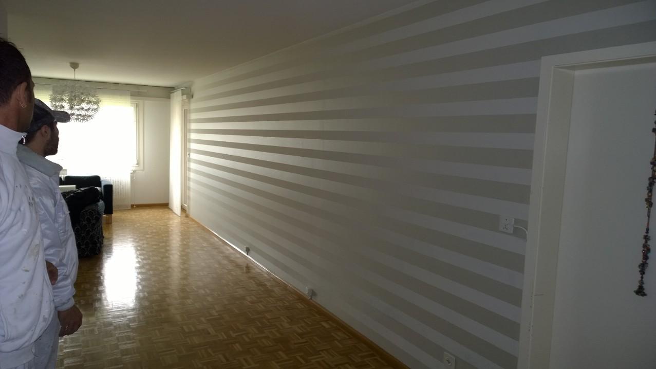 Fertige Tapezierarbeit eines Wohnzimmers in Binningen.