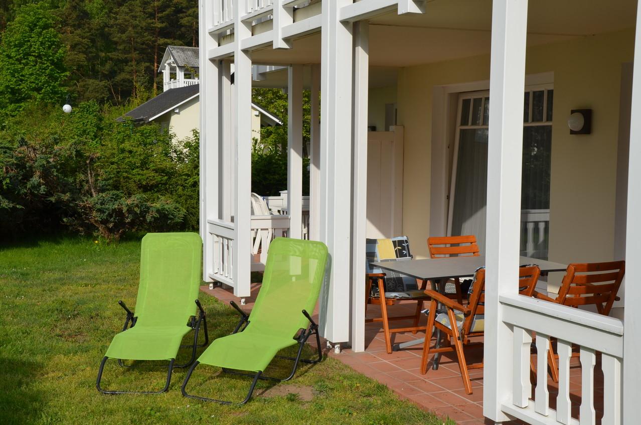 Die große Terrasse lädt zum Verweilen ein. Ausgestattet mit gemütlichen Gartenmöben und Sonnenliegen.