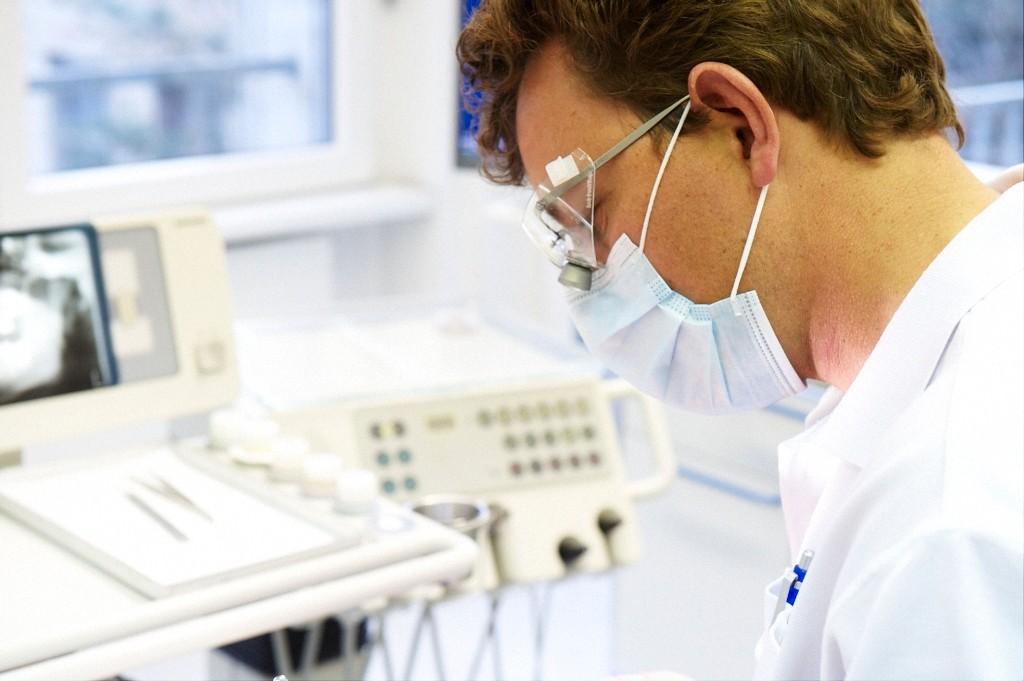 Dr. Villiger: als Zahnarzt arbeitend