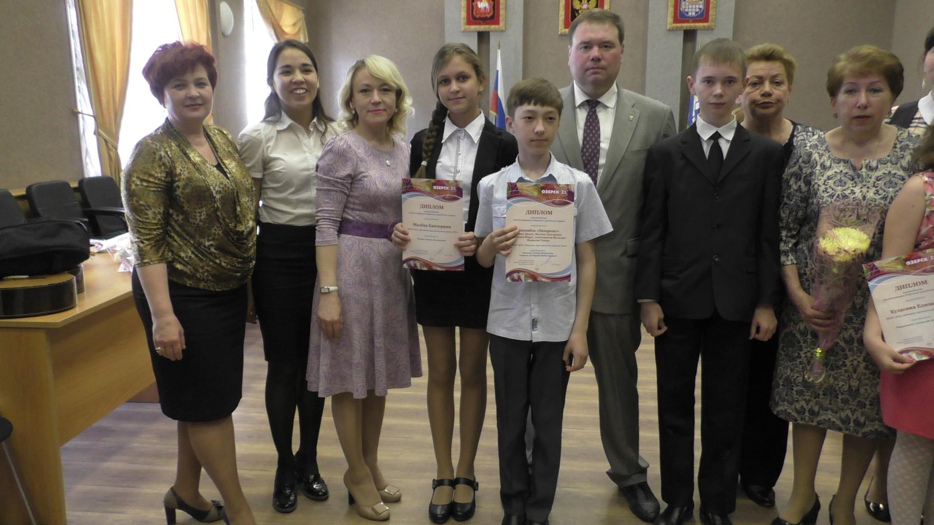 Стипендиаты ДМШ №2 с главой ОГО П.Ю. Качаном
