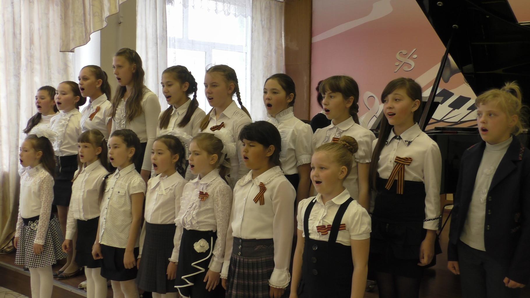 """Песня преподавателя О.В. Подольской """"Кому, зачем нужна война?""""           в исполнении  сводного хора"""