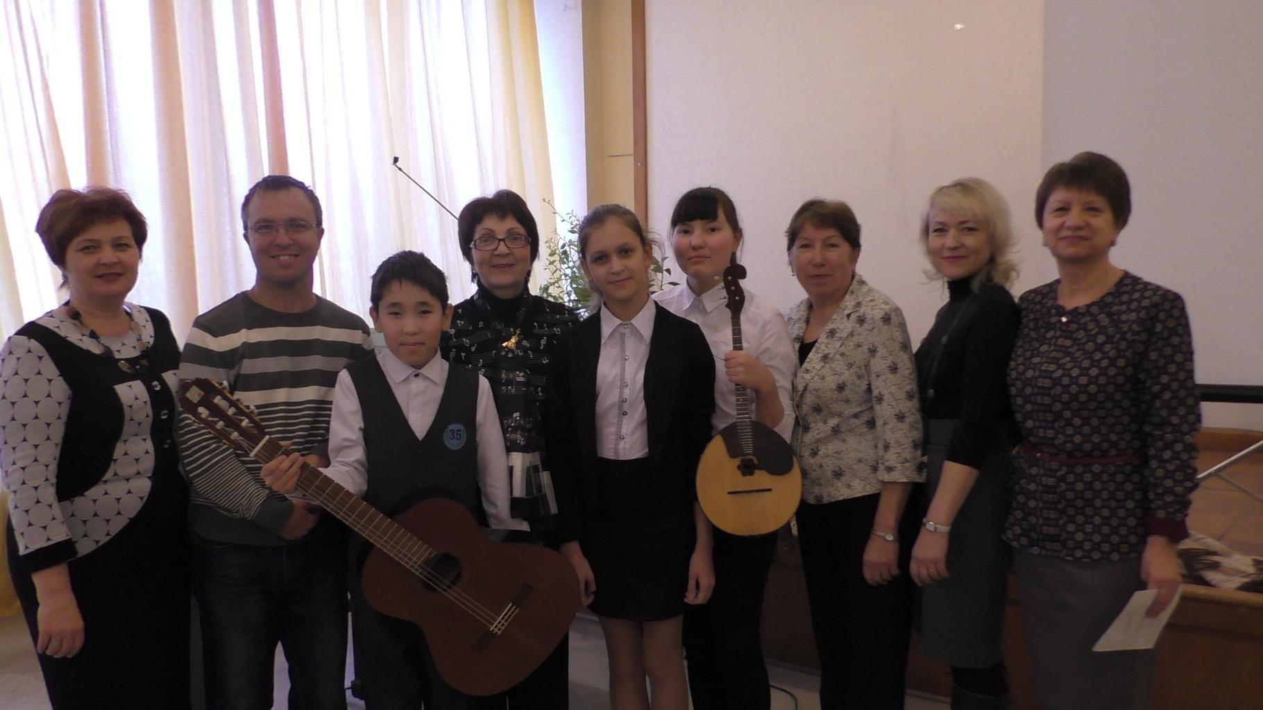 Елена Поплянова с  учащимися и преподавателями ДМШ №2