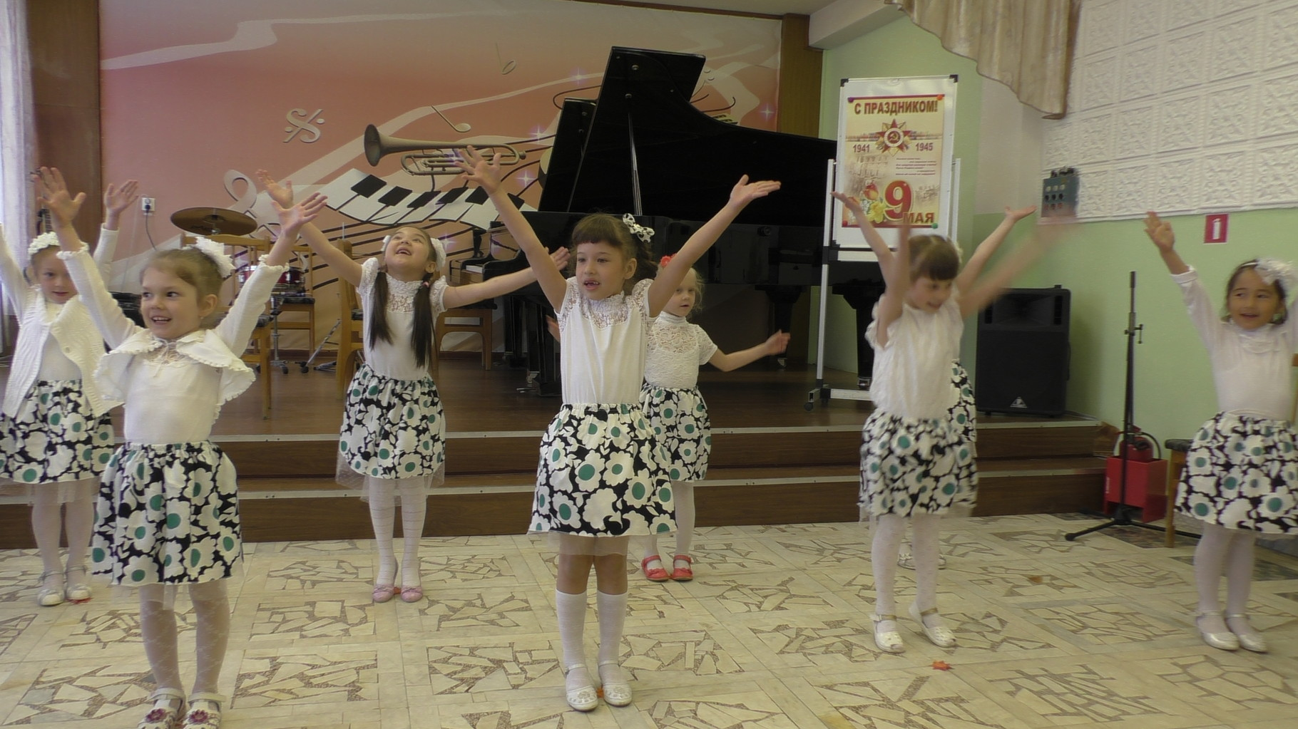 """Ансамбль учащихся подготовительной группы  """"Музыкальные горошинки"""", руководитель Чакрян И.В."""