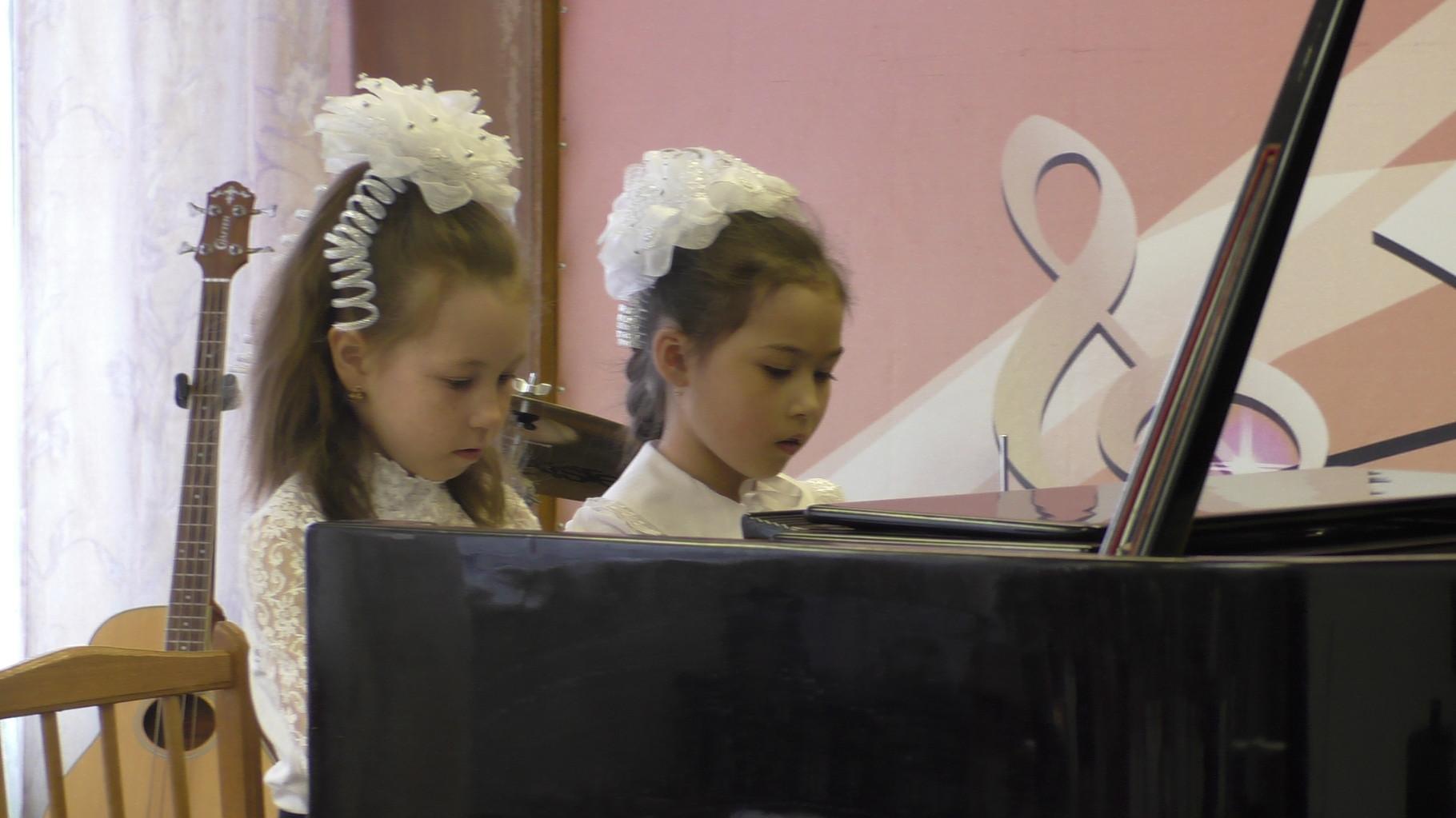 Фортепианный ансамбль: Черткова Аня и Янбаева Диляра, преподаватель Чакрян И.В.