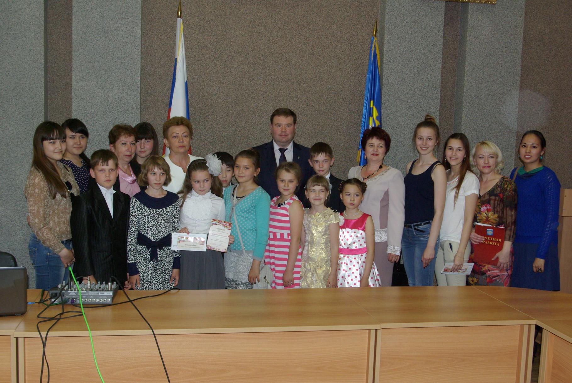 Стипендиаты  ДМШ №2  с Главой ОГО Павлом Качаном