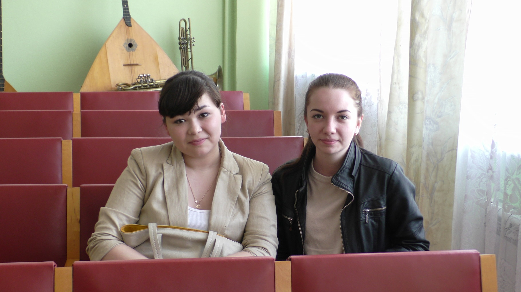 Выпускники школы с удовольствием посещают Музыкальную гостиную