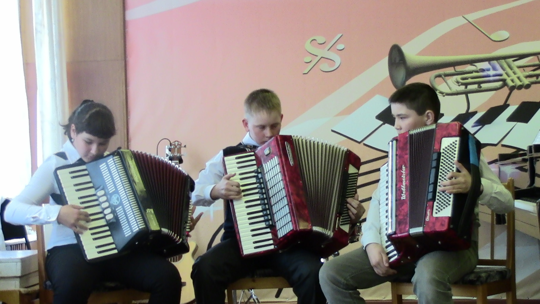 Трио аккордеонистов: Гибадуллина Л., Мартюшов К., Урленов А., преподаватель Мартюшова А.В.