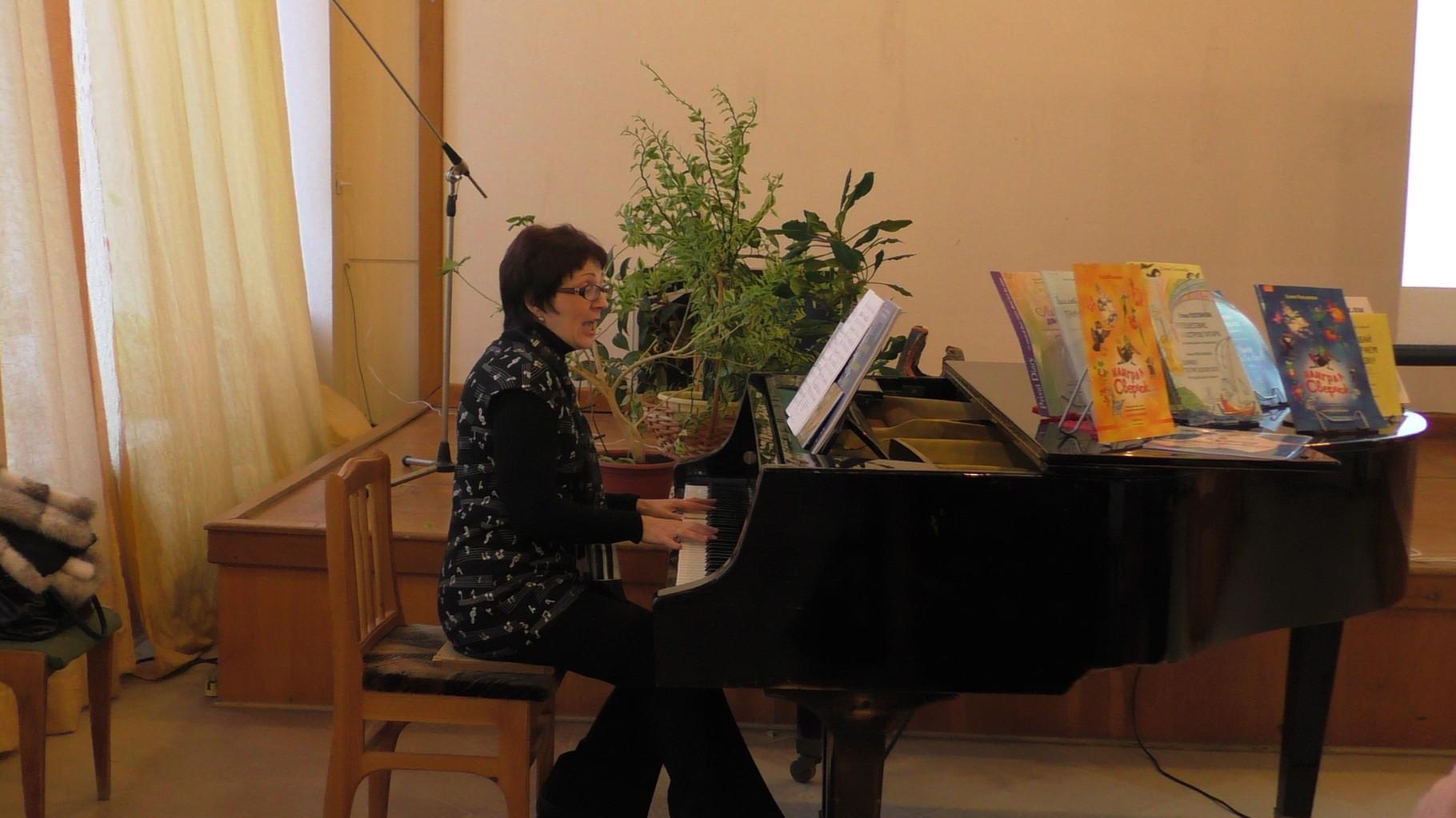Автор за роялем