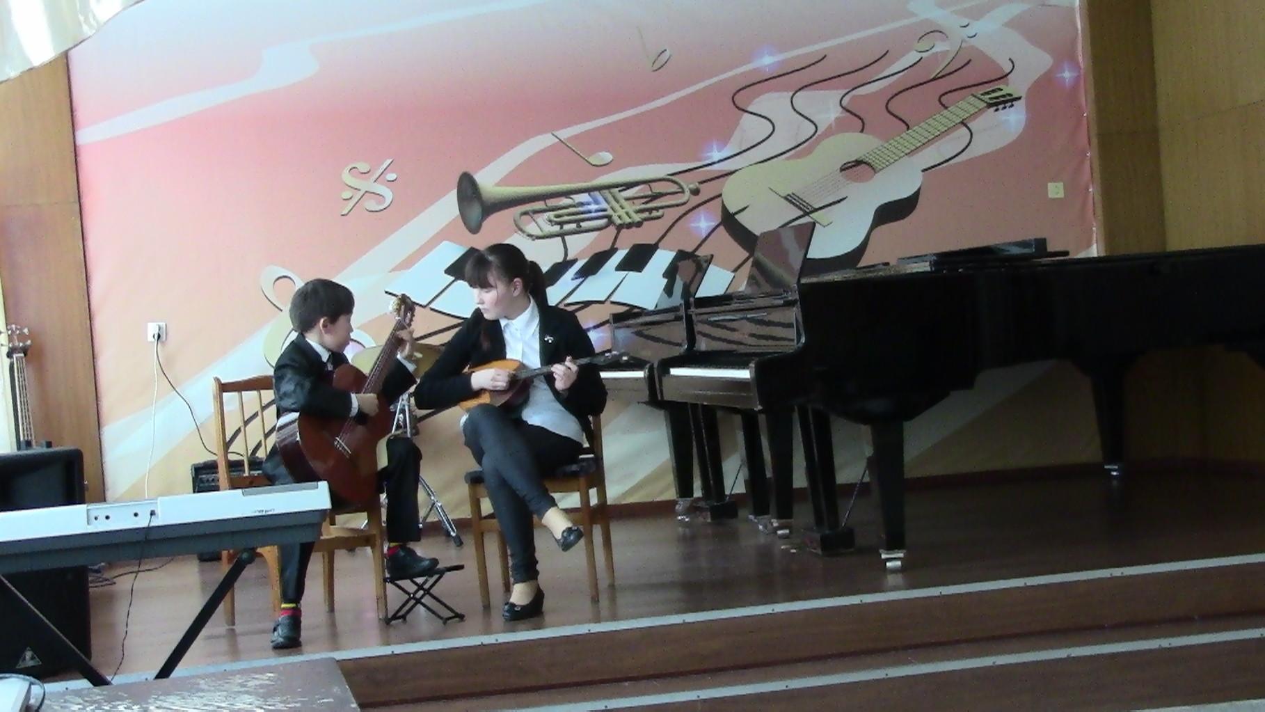 Хакимов Марат  (гитара) и Хакимова Милена (домра)