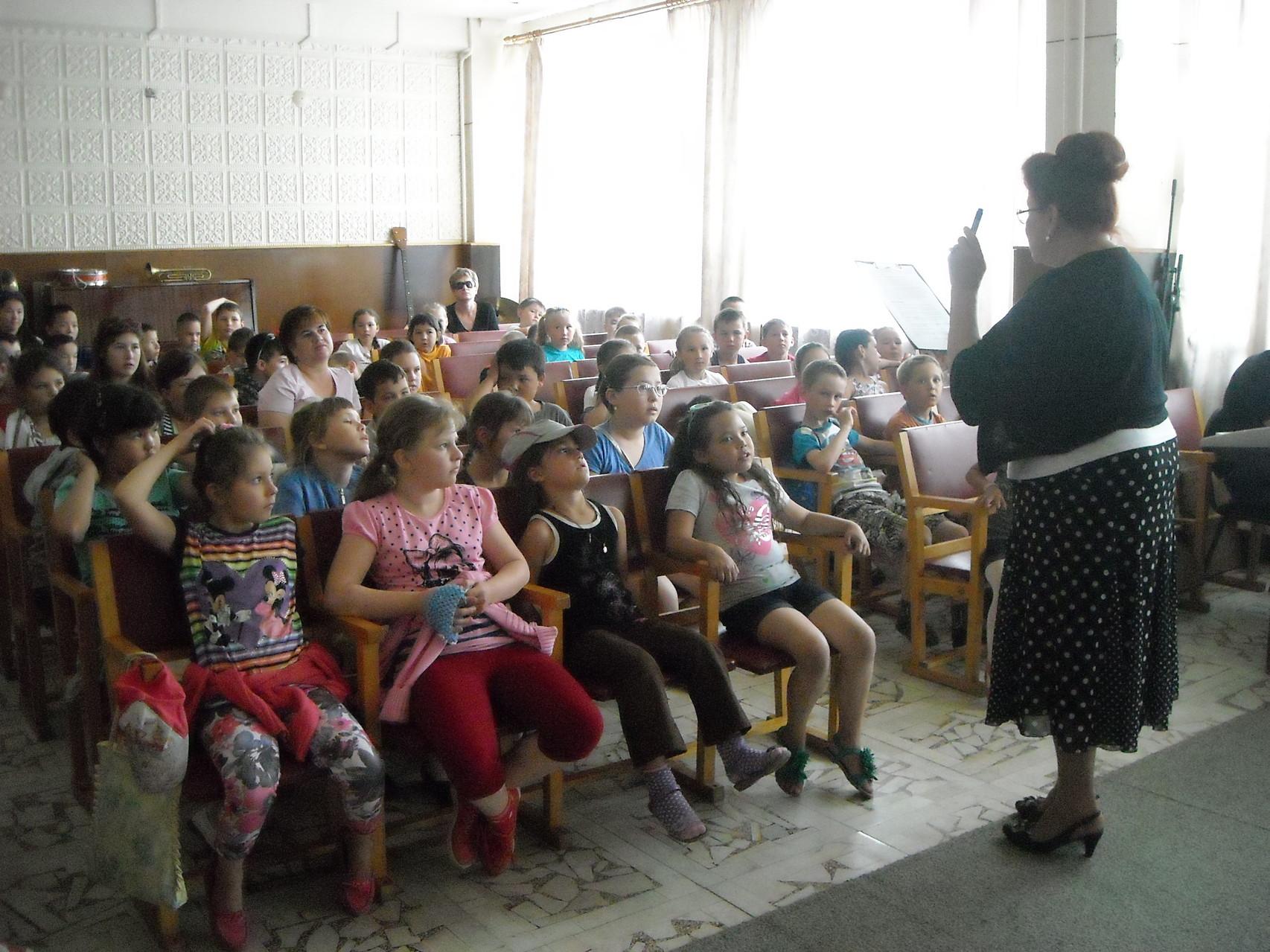 Младшие школьники из летнего оздоровительного лагеря СОШ №35 и ведущая концерта Подольская Ольга Викторовна