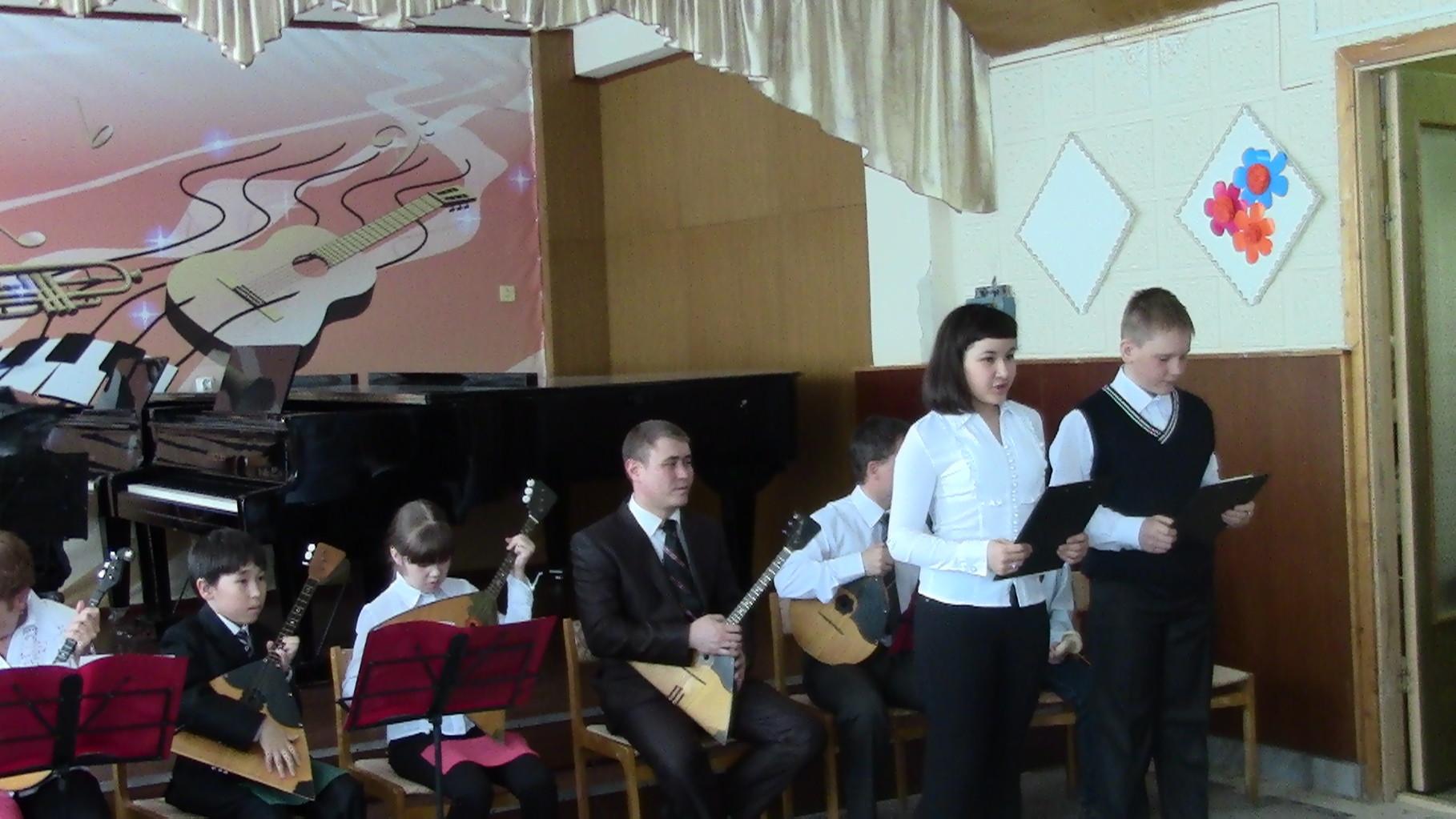 На сцене ведущие концерта Гибадуллина Лера и Мартюшов Кирилл и оркестр русских народных инструментов
