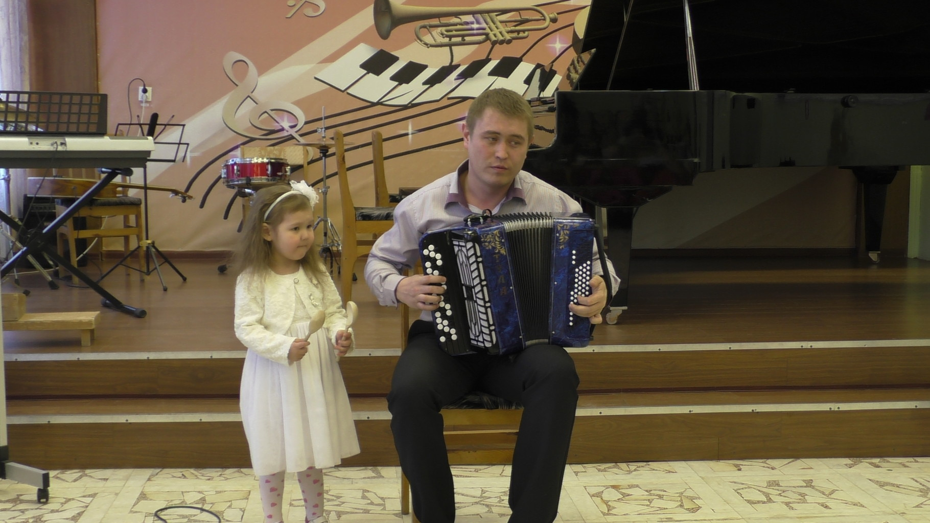 Преподаватель Казыханов И.Р. с дочерью Фаридой