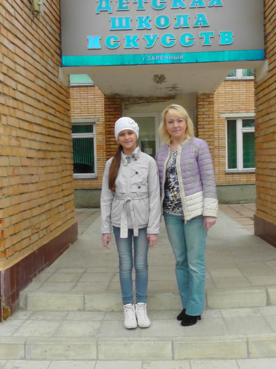 Ирина Валерьевна Чакрян  и Катя Малёва около ДШИ г. Заречный, Пензенской области