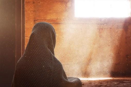 Frau und Fenster