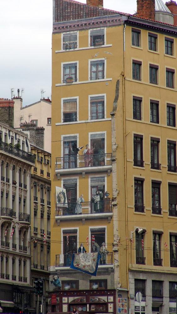 Balade sur la Saône : quai Saint-Vincent, un immeuble et sa façade en trompe l'œil