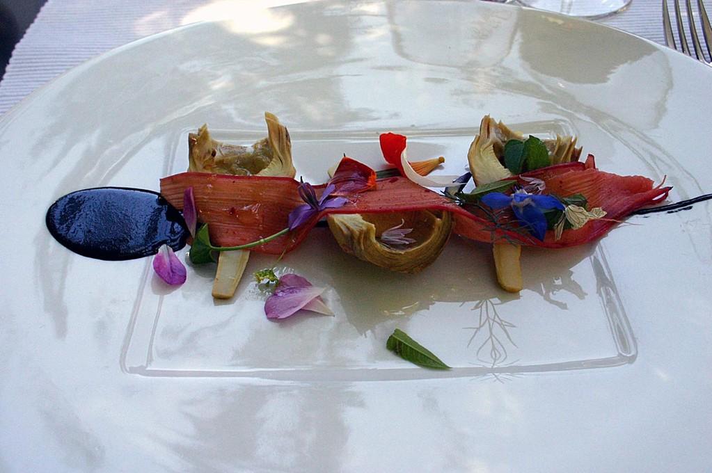 Artichauts violets; lamelle de rhubarbe