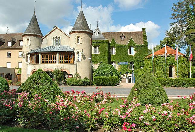 """Le château avant sa rénovation - Copyright """"http://allier.foxoo.com"""""""