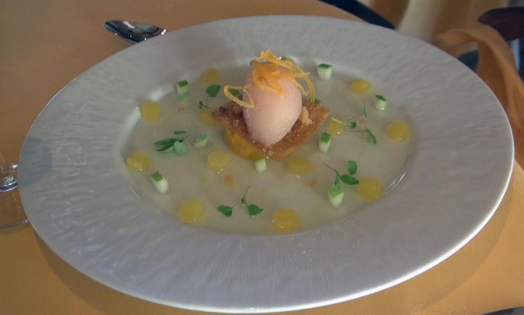 La  carica : Dans une fine gelée au citron caviar, feuille croquante et sorbet au Champagne