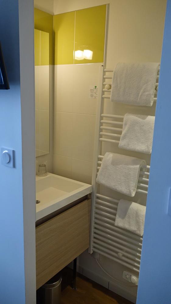 Le cabinet de toilettes partie lavabo
