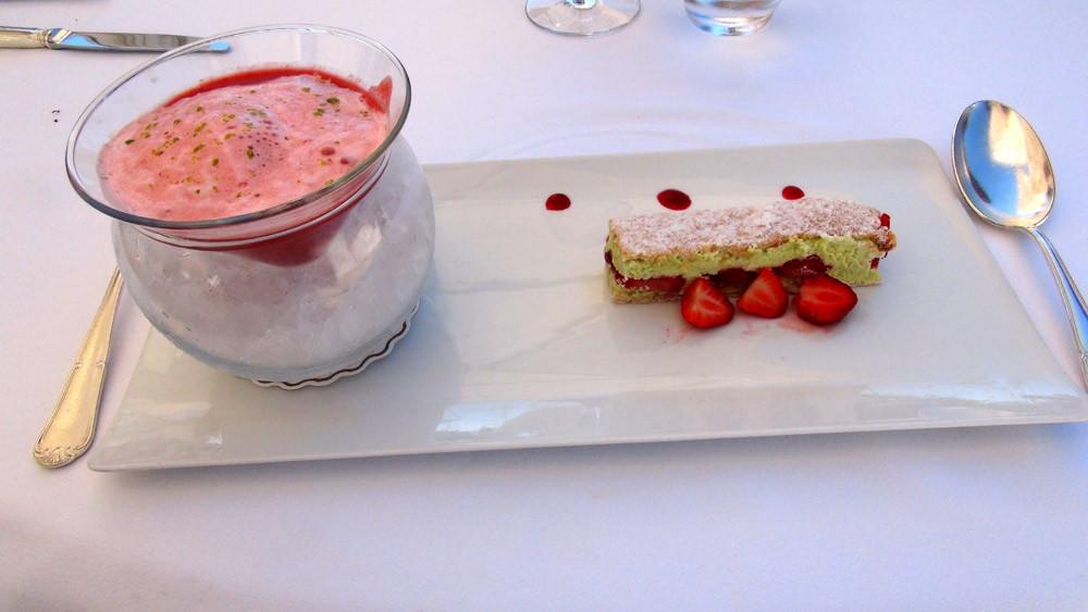 Gaspacho de fraise/framboise, sorbet poivron rouge, émulsion de fraises et dacquoise à la pistache