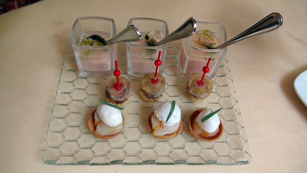 Mise en bouche : Mousse et eau de tomate aux petits légumes - Biscuit et terrine de caille à la pistache - Tartelette au haddock, œuf de caille poché et crème au piment d'Espelette.