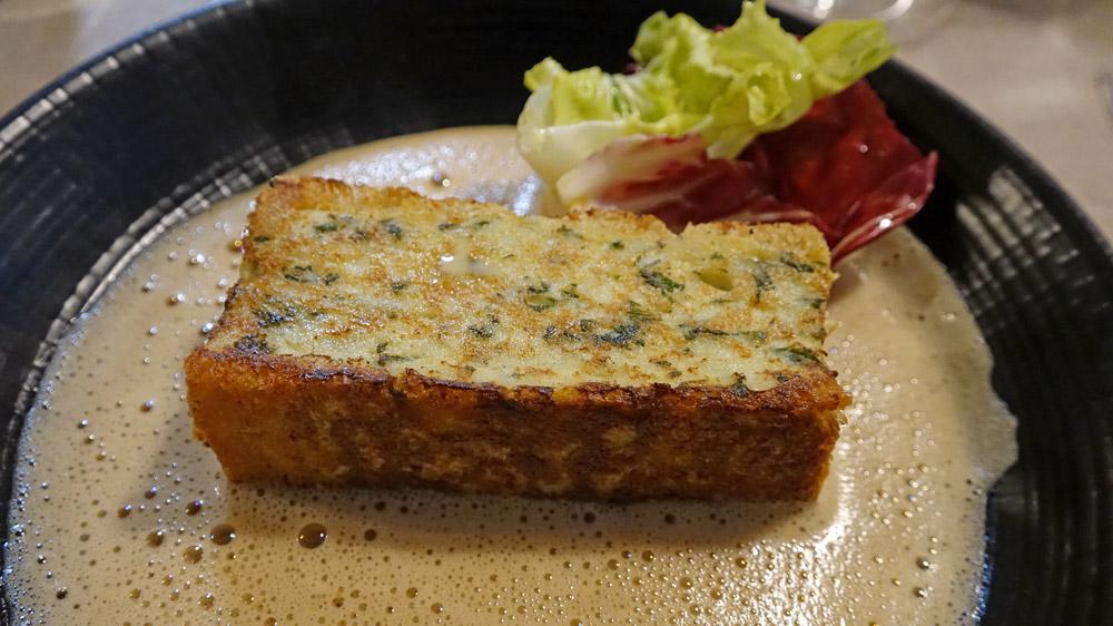 Biscuit de merlan aux herbes fraîches, bisque de langoustines