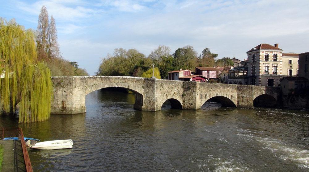 Le Pont de la Vallée, datant du Moyen-Âge, sur la La Sèvre-Nantaise