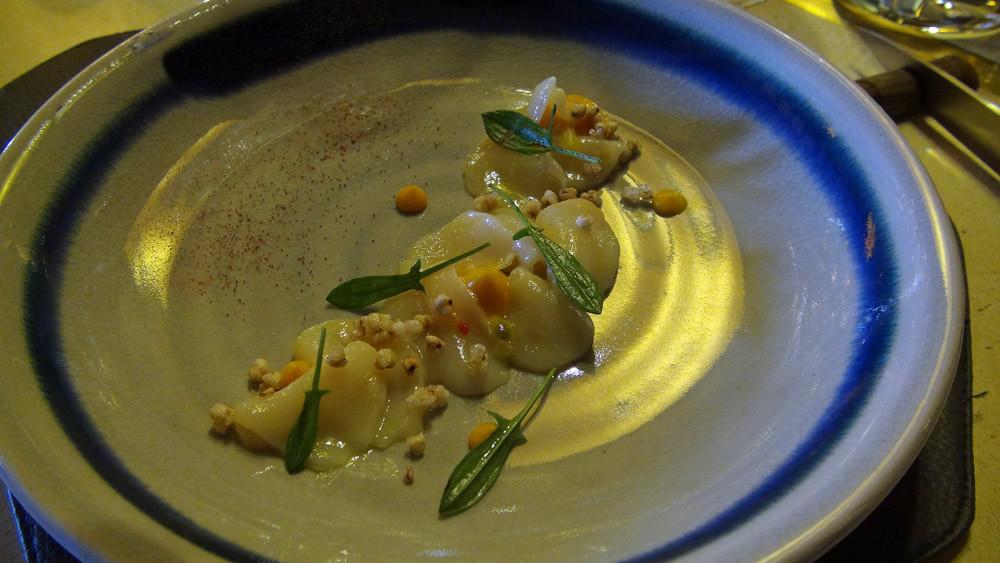 Carpaccio de Saint-Jacques, marinade passion, crémeux carotte gingembre, oseille sauvage