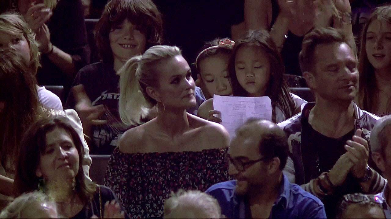 """Avant d'interprèter """"Le pénitencier"""", Johnny remercie sa famille présente ce soir-là - Crédit photo TF1"""
