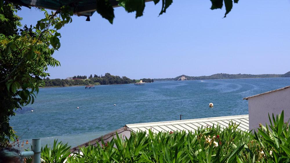 La vue sur l'étang de Diane depuis la terrasse