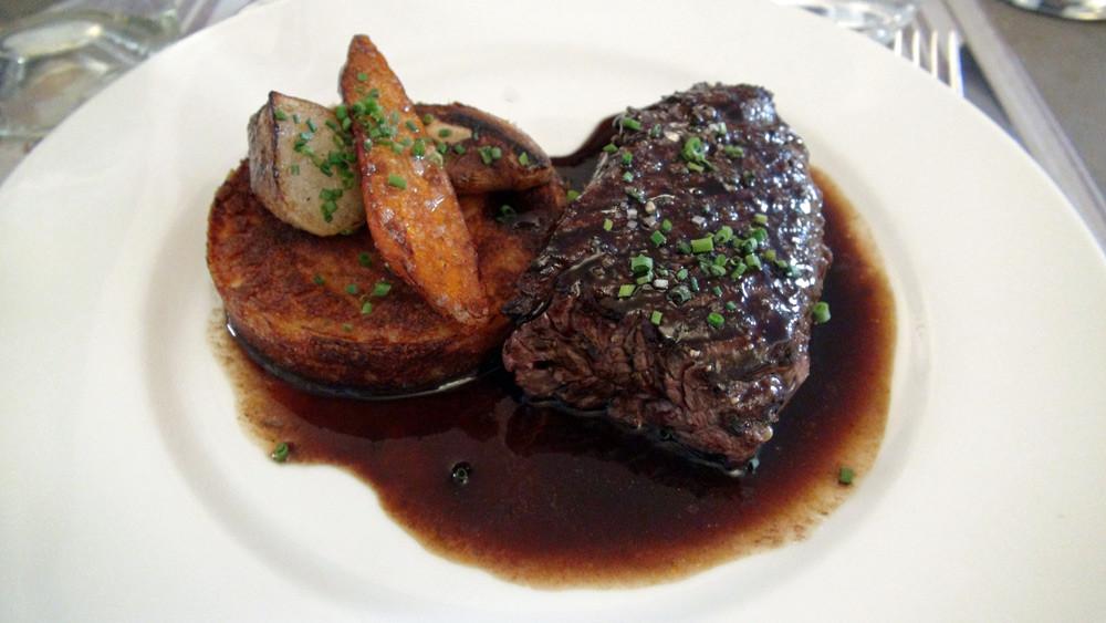 Onglet de boeuf grillé (origine France), sauce au vin rouge, timbale de pommes de terre
