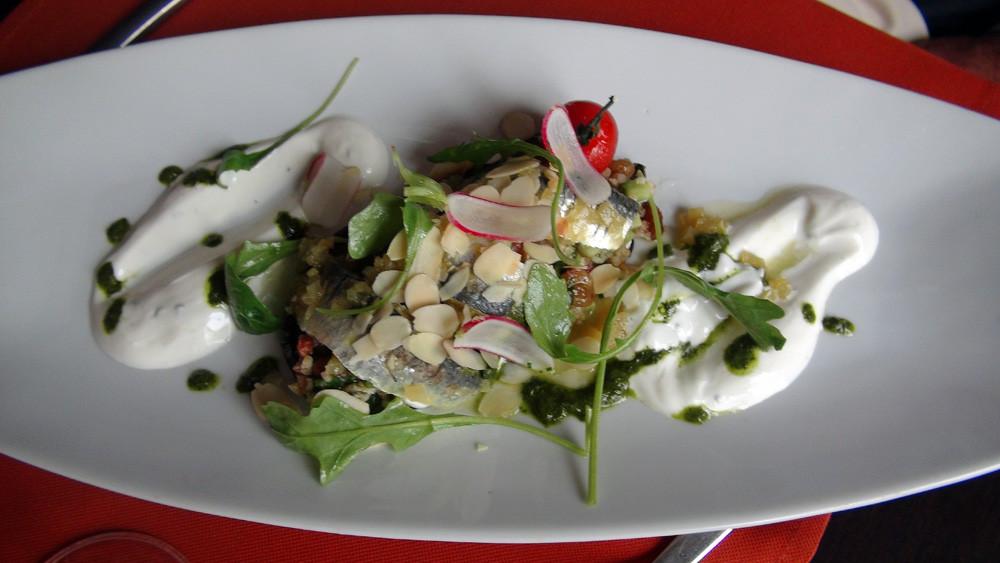 Filets de sardines en escabèche sur son aubergine grillée, boulgour aux saveurs méditerranéennes, sauce yaourt gre