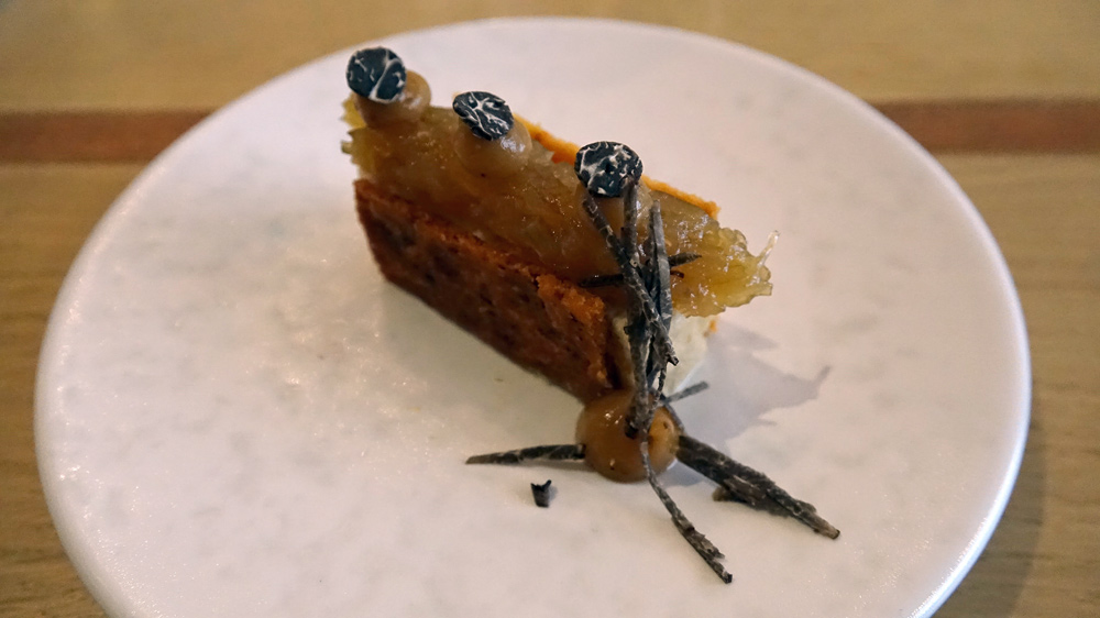 Millefeuille de vieux parmesan de 36 mois, piment d'Espelette, flan à l'oignon, chutney oignon/gingembre, concentré de pomme et truffe mélano de Touraine