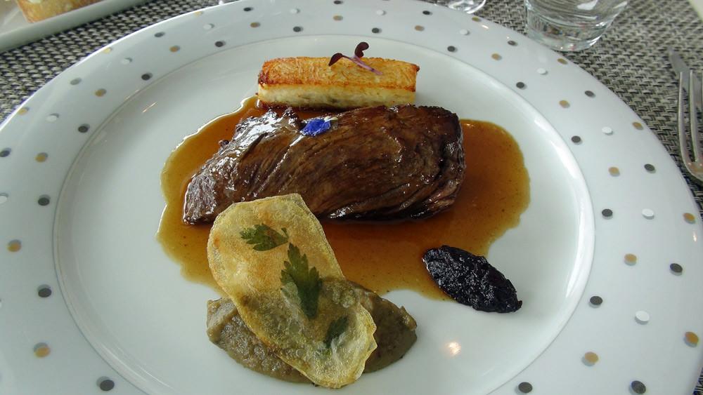 Onglet de bœuf Salers sélectionné par Mr Trolliet MOF boucher,Millefeuille de pomme de terre aux échalotes et champignons, caviar d'aubergine, chutney de myrtille