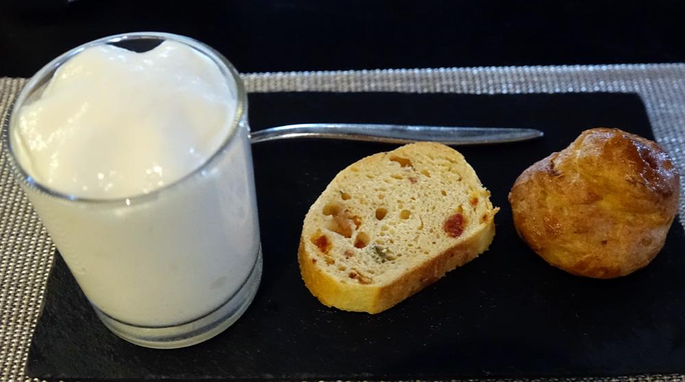 Amuse-bouche : Gougère à l'andouille de Guémené - Fougasse au chorizo belotta et olive verte - Lait de céleri fève de tonka