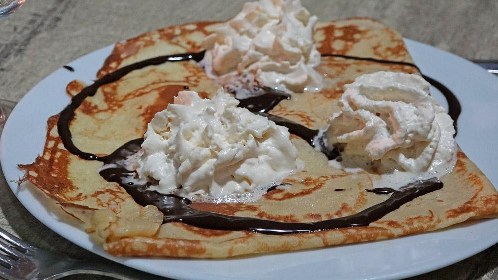 Merveille (banane en lamelles, chocolat fondu et chantilly)